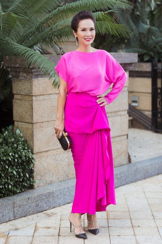 Hoa hậu Kiều Khanh cuốn hút với sắc hồng rực rỡ giữa phố Sài Gòn 1