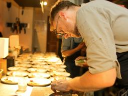 """Julien Perraudin -""""Đầu bếp vui vẻ, thức ăn mới ngon"""""""