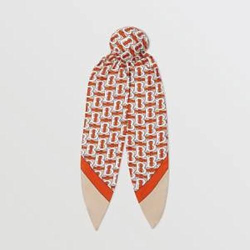 Khăng choàng Burberry với hoạ tiết logo mới cũng là một sự lựa chọn tốt. Chất liệu vải may khăn của Burberry đã quá nổi tiếng.