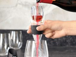 Có cần dụng cụ sục rượu vang (aerator) để thưởng thức vang ngon?