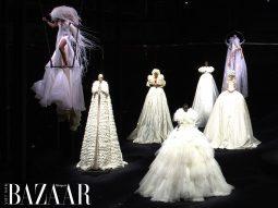 Valentino Haute Couture Thu Đông 2020 mang người mẫu bay lơ lửng trên không trung