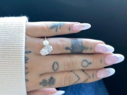 Ariana Grande hé lộ nhẫn đính hôn độc nhất vô nhị với ngọc trai và kim cương