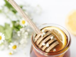 Không chỉ làm son dưỡng, dầu xả, mật ong còn mang tới các lợi ích này