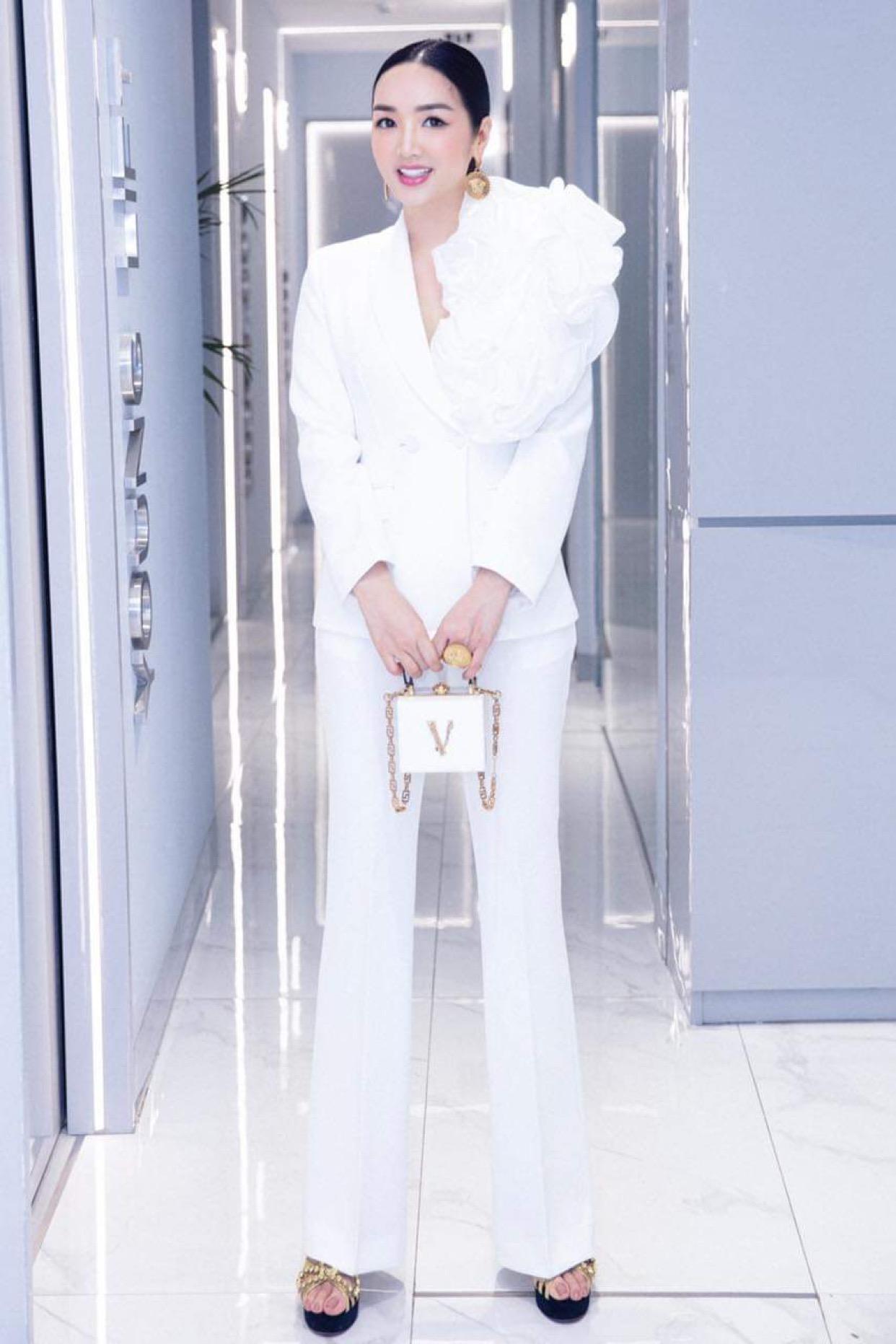 Giáng My lộng lẫy với túi Versace Virtus