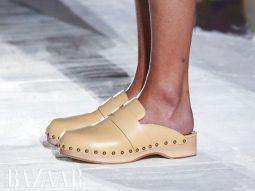 Sự trở lại của giày clog, những đôi guốc gỗ lọc cọc đáng yêu