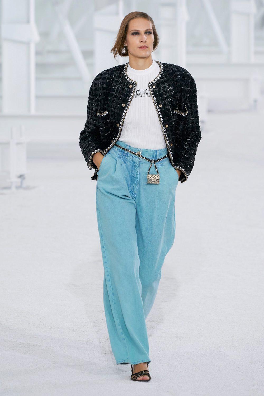 Quần jean ống rộng với áo khoác blazer