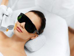 Có nên trị tàn nhang bằng tia laser? Ưu, nhược điểm là gì?