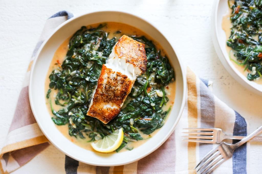 Cá trắng, cải bó xôi và trứng