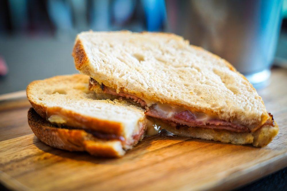Sandwich phô mai thịt bò