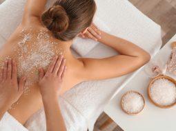 Trị mụn lưng bằng muối tắm Epsom như thế nào?