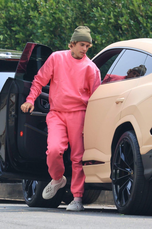 Jusin Bieber mặc trang phục hồng
