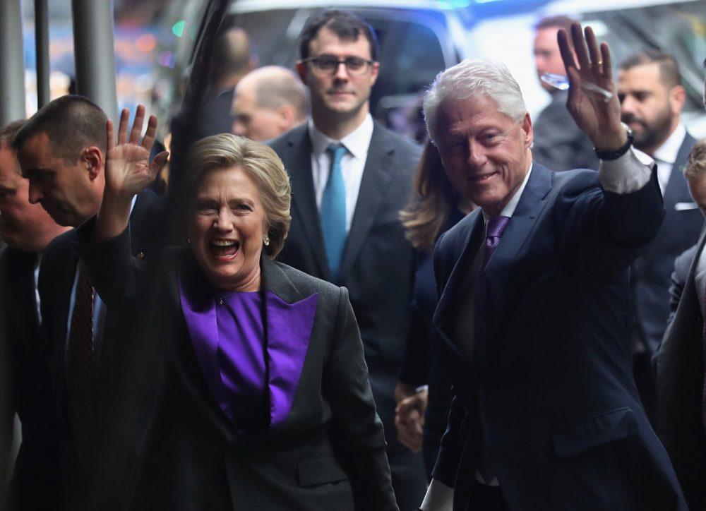 Bà Hillary Clinton mặc áo vest có cổ màu tím