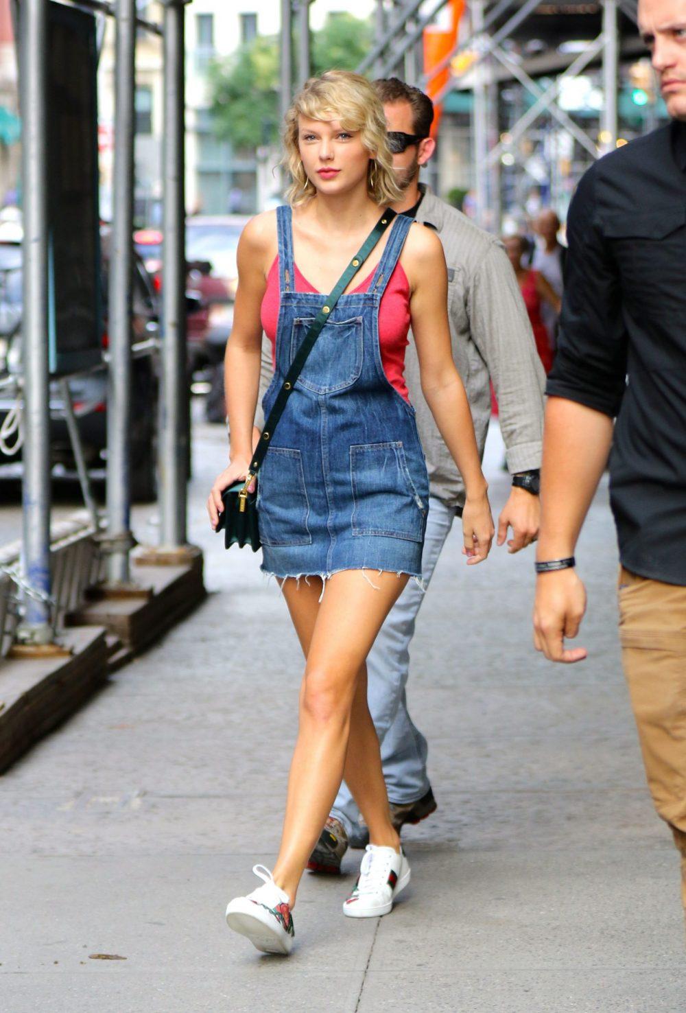 Taylor Swift mặc váy yếm vải jean