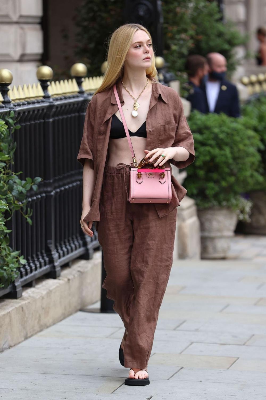 Elle Fanning diện túi Gucci Diana hồng size mini. Ảnh: Neil Mockford.