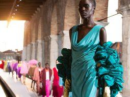 Valentino Haute Couture Thu Đông 2021 thoát khỏi những định kiến cũ kỹ về thời trang cao cấp