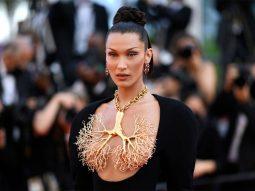 """Bella Hadid đeo """"lá phổi"""" haute couture của Schiaparelli lên thảm đỏ Cannes"""
