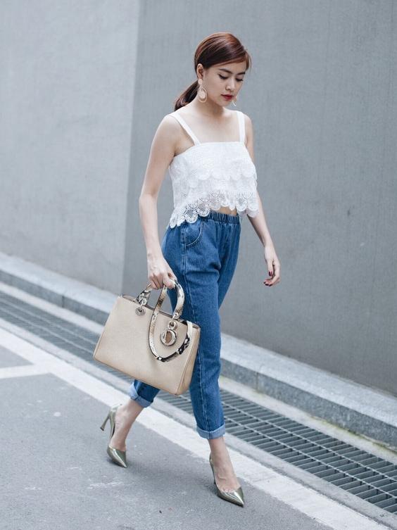Hoàng Thùy Linh phối baggy jean với structured handbag