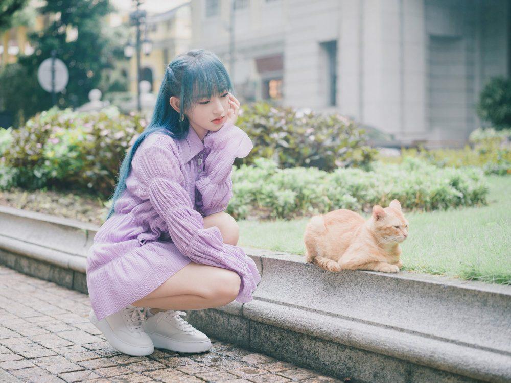 Trình Tiêu kết hợp giày thể thao trắng với đầm màu lilac