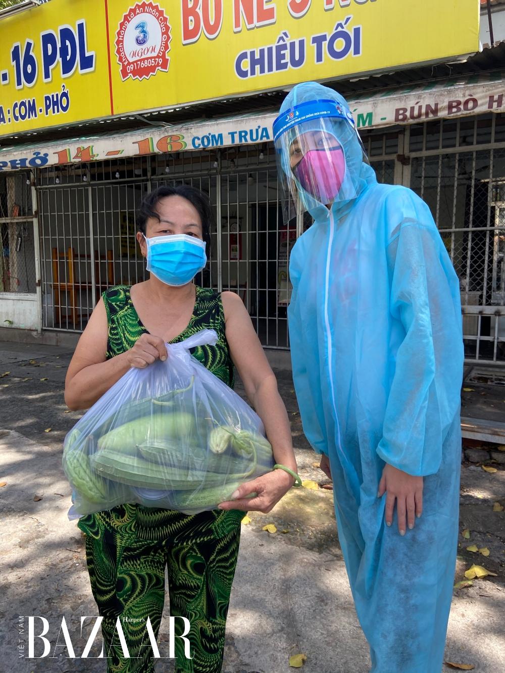 Khánh Vân trao tặng thực phẩm cho người dân.