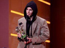 Justin Bieber diện mốt áo hoodie trùm blazer tại MTV VMA 2021