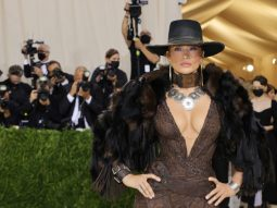 Jennifer Lopez hóa nữ cao bồi gợi cảm trên thảm hồng Met Gala 2021