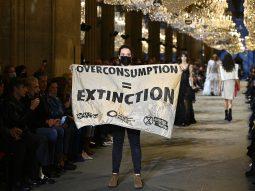 Kẻ biểu tình phá đám show Louis Vuitton Xuân Hè 2022